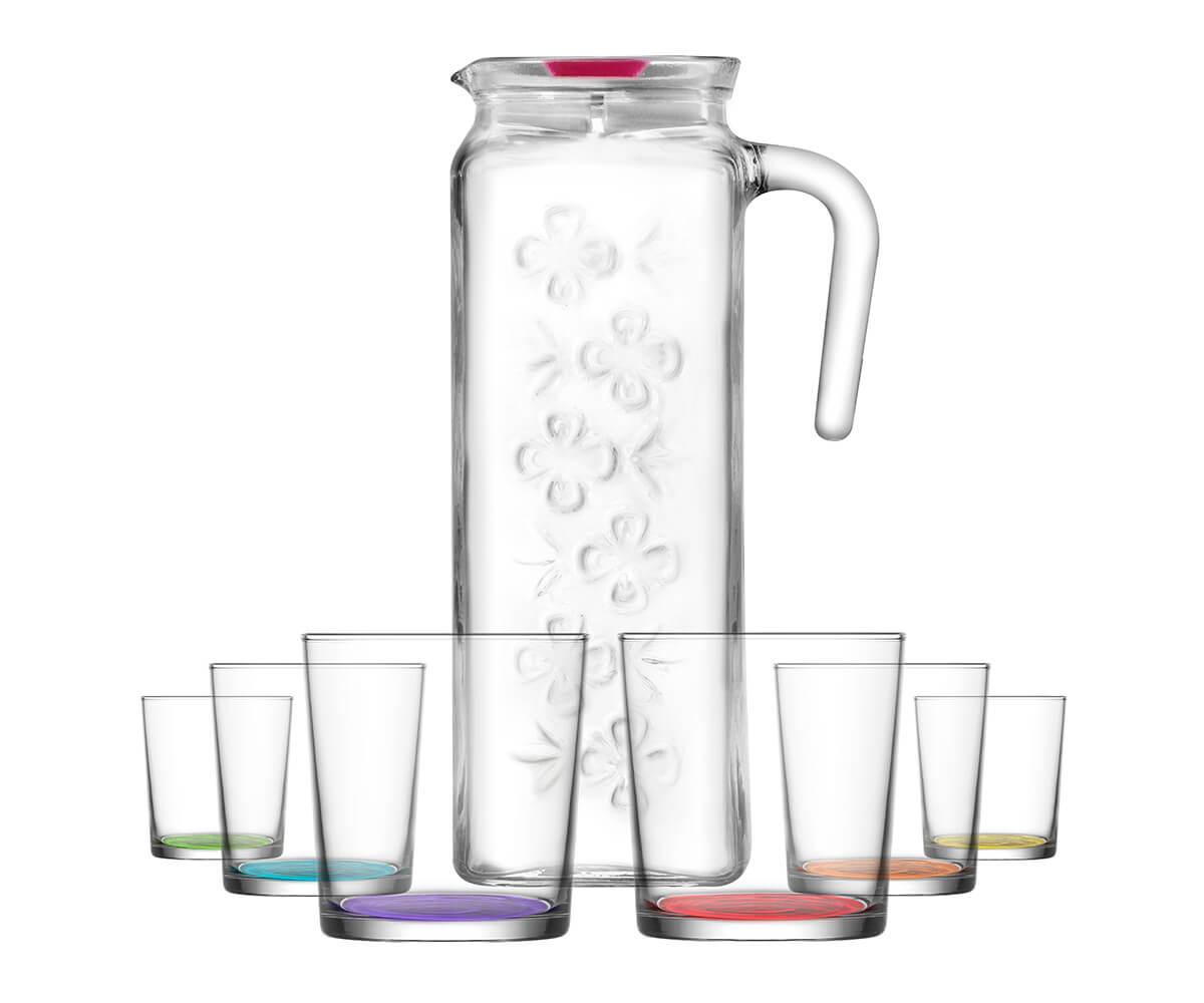 Jarra De Cristal Y El Vaso De Agua Sobre Mesa De Madera