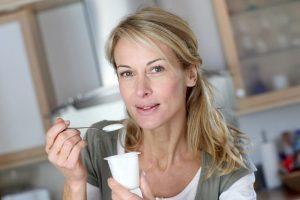 Con una ración de yogur al día menor pérdida de densidad ósea en mujeres