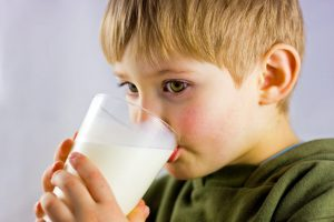 La leche que deben beber los niños para evitar la obesidad