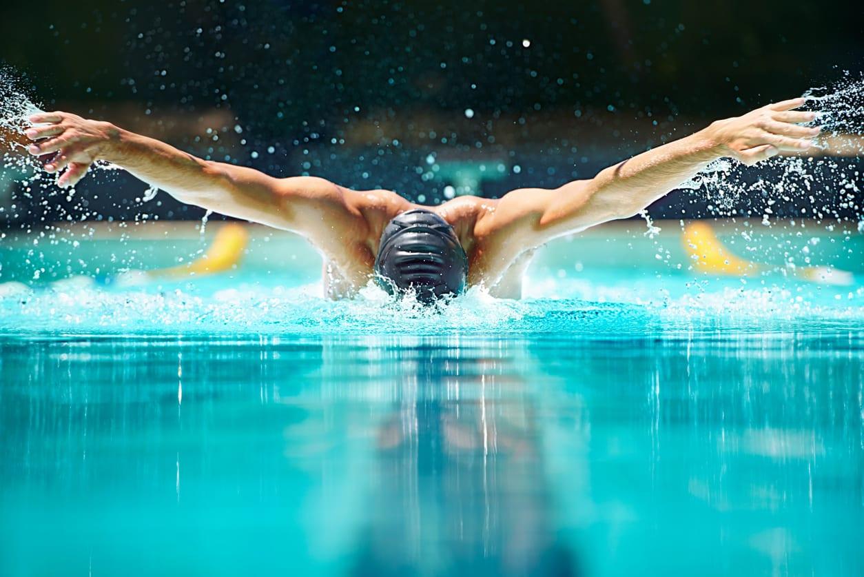 Un nadador nadando en una piscina