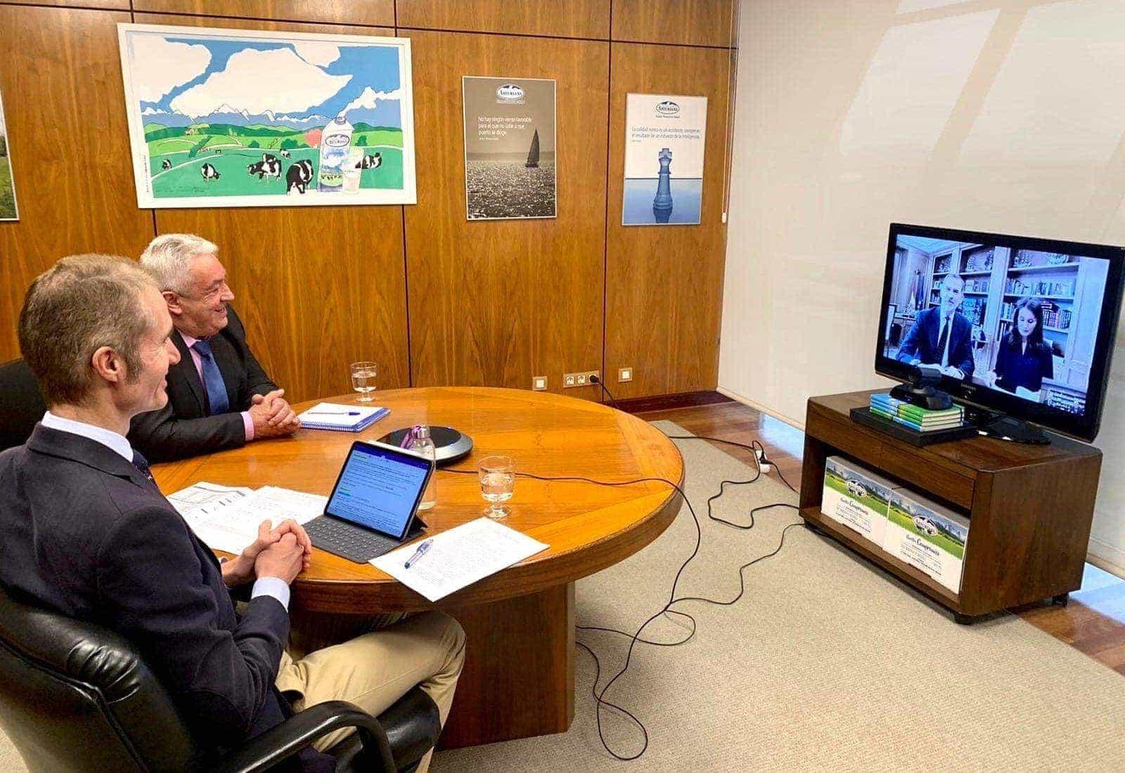El Presidente de Central Lechera Asturiana SAT y Capsa Food y su director general en videoconferencia con SS MM Los Reyes de España