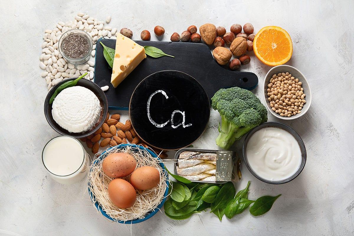 Distintos alimentos ricos en calcio: leche, huevo, queso, yogur,...